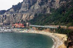 Trem Trenitalia viajando através acidentada costa de Cinque Terre. Foto cedida por Trenitalia.