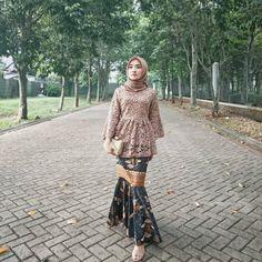 Image may contain: 1 person, standing and outdoor Model Rok Kebaya, Model Kebaya Brokat Modern, Kebaya Modern Hijab, Kebaya Hijab, Kebaya Muslim, Kebaya Lace, Batik Kebaya, Kebaya Dress, Batik Dress