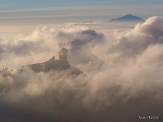 El Roque Nublo y El Teide entre la bruma