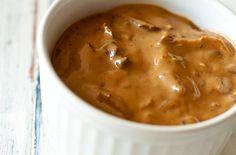 Molho Funghi    Postado por Paula Tanaka Camara    Categorias:alho,azeite,Caldos e Molhos,cogumelo seco tipo porcini,funghi porcini,manteiga,Receitas,shitake  Ingredientes    1 ½ xícara (chá) de cogumelo Funghi Porcini    Água o suficiente para cobrir o funghi    1 xícara (chá) de cebola picada em cubos pequenos    2 colheres (sopa) de manteiga sem sal    4 colheres (sopa) de farinha de trigo    1 xícara (chá) de caldo do funghi    500mL de creme de leite fresco    3 colheres (sopa) de vinho…