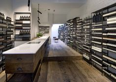 aesop_tienda_19; floor wood perpendicular to step line, serve as visual cue to move that direction