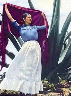 15 Color Photos Of Famous Frida Between The And - - One of the most famous Mexican painters Frida Kahlo didn't plan to become an artist. Instead, she strived to become a doctor until a fateful bus accident pu.