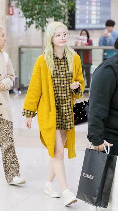 190331 GMP Arrival #twice #트와이스 #dahyun #다현 #김다현 Kpop Outfits, Korean Outfits, Girl Outfits, Casual Outfits, Fashion Outfits, Kpop Fashion, Asian Fashion, Girl Fashion, Fashion Design