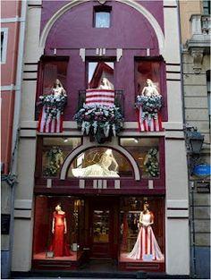 Edificio emblemático en la calle Askao 9  Engalanado del Athletic Club de Bilbao  incluso el vestido de novia rojiblanco diseño de Laura Batán