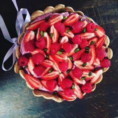 Charlotte pistache - fruits rouges  Biscuit à la cuiller surmonté d'une bavaroise pistache et d'une bavaroise fruits rouges