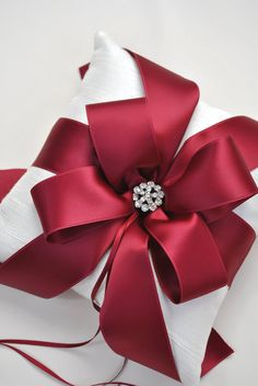 Gift Wrapping Ideas Watch a wonderful video on how to tie the perfect bow and see some beautiful holiday gift wrapping ideas.Watch a wonderful video on how to tie the perfect bow and see some beautiful holiday gift wrapping ideas. Wrapping Ideas, Elegant Gift Wrapping, Creative Gift Wrapping, Present Wrapping, Creative Gifts, Wrapping Papers, Christmas Gift Wrapping, Christmas Crafts, Christmas Ribbon