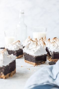 Sitting on a biscuit base, these decadent S'mores brownies are then topped with light as air marshmallow fluff to give you the ultimate S'mores Brownie. By Emma Duckworth Bakes Marshmallow Buttercream Frosting Recipe, Marshmallow Fluff Frosting, Homemade Marshmallow Fluff, Homemade Marshmallows, Toasted Marshmallow, Frosting Recipes, Smores Brownies, Chocolate Brownies, Chocolate Desserts
