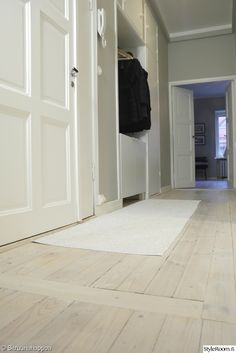 eteinen,valkoinen sisustus,puulattia,vaalea,minimalistinen,sisäänkäynti