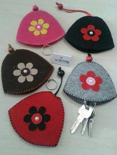 Ke e anahtarl modelimiz Felt Crafts, Fabric Crafts, Sewing Crafts, Diy And Crafts, Sewing Projects, Arts And Crafts, Felt Keychain, Felt Purse, Felt Embroidery