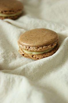 Macarons werden zurecht oftmals als Diven bezeichnet. Da ich meiner Mama zum Muttertag etwas besonders Feines schenken wollte, startete ich einen Versuch.