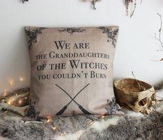 Les Descendantes . housse de coussin citation sorcellerie balai de sorcière victorien & tissus vintage décoration sorcellerie magie .