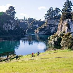 New Zealand's longest river, the mighty Waikato, 📸 New Zealand, River, Mountains, Nature, Instagram, Naturaleza, Nature Illustration, Outdoors, Rivers