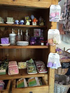 Myyntitelineiden puuttuessa saippuat ja tuoksut myydään vanhasta kaapista ja kukkakoreista.