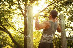 Мышечная человек делает Подтягивания – роялти-фри стоковая фотография