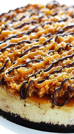 This Samoa Cheesecake recipe is inspired by the famous Girl Scout cookies (a. Its a simple vanilla cheesecake base made with an Oreo crust and topped with caramel toasted coconut and drizzled with chocolate. Brownie Desserts, Oreo Dessert, No Bake Desserts, Just Desserts, Delicious Desserts, Dessert Recipes, Yummy Food, Cheesecake Desserts, Recipes Dinner