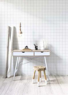 KARWEI | Met goed licht, behang met een rustige print én voldoende opbergruimte creëer je een heerlijke werkplek in je huis.