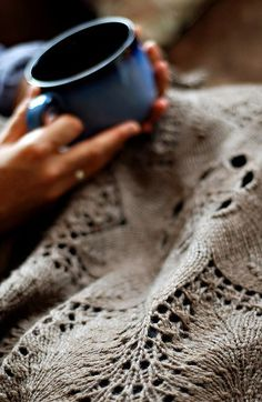 I want a coffee and to have Knit this cozy blanket {cozy cup} Haley Mayfield
