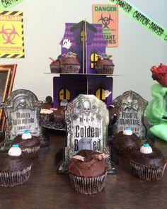 """Nas paredes do salão e atrás da mesa do bolo imprimi em folha sulfite grossa diversas imagens meio vintage com o tema zumbi, pena que esqueci de tirar a foto, mas é só procurar no Google """"vintage zombie poster"""" que aparecem várias. Ficou tudo bem legal. #zombieparty #festazumbi #zumbi #halloween"""