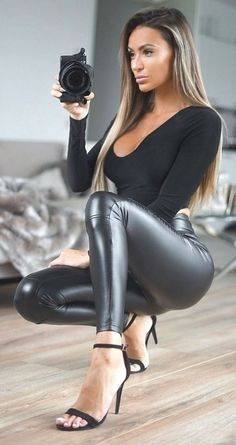Leather Pants Outfit, Leather Trousers, Vinyl Leggings, Wet Look Leggings, Girl Fashion, Womens Fashion, Fashion Tips, Girls Pants, Leggings Fashion