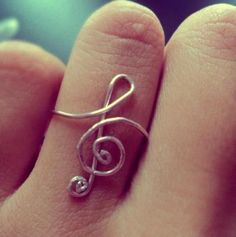 treble clef ring made from a paper clip, cute. Wire Jewelry, Jewelry Box, Jewelery, Jewelry Accessories, Jewelry Making, School Accessories, Music Jewelry, Wire Rings, Jewelry Rings