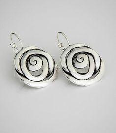 Criação da designer de jóias Beth Barreto, é uma peça charmosa e que remete ao mundo feminino por trazer o tema das rosas.