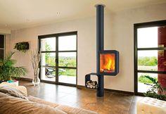 Poêle à bois Grappus dévoile une structure rythmée, soucieuse de fonctionnalité et de mise en valeur du feu. Il présente un rendement de 81 % et une esthétique qui n'a pas manqué de séduire : l'Etoile de l'Observeur du Design en 2013 et le Red Dot Award 2014. Design Thibault Désombre. ©Focus