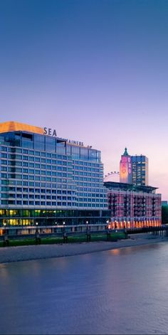 Right on the river Thames, the hotel occupies the Sea Containers House.