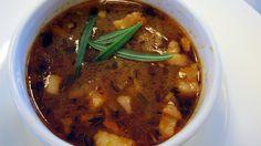Når du har vært på tur er en varm, god suppe supert. Løksuppe med bacon, tomater og urter er en nydelig variant.