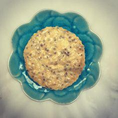 Que diriez-vous d'une recette de Cheesecake?!😁 Un dessert frais et gourmand qui accompagne merveilleusement les beaux jours 🌞😁 Je privilégie les petites portions pour ce dessert c'est plus approprié car c'est un dessert gourmand mais fort rassasiant et pour éviter les restes on fait des minis Cheesecake 😄 l'avantage aussi c'est qu'on peut en faire à plein de goûts différents 😉☺️ Aujourd'hui je vous propose ma recette de Cheesecake Sésames et Graine de Chia un délice 😋 et je sais de quoi je Hui, Desserts, Food, Salads, Chia Seeds, Remainders, Fresh, Tailgate Desserts, Deserts