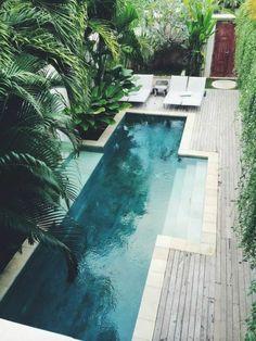 un couloir de nage au design géométrique, entourage piscine en bois naturel, ambiance exotique et zen