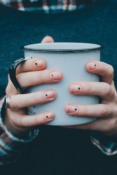 ongles, nail art, ongles minimalistes, nail art minimaliste, ongles coréen minimalistes, manucure point, manucure minimaliste point noir, the fashion medley, manucure the fashion medley