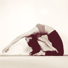 Yoga poses offer numerous benefits to anyone who performs them. There are basic yoga poses and more advanced yoga poses. Here are four advanced yoga poses to get you moving. Basic Yoga Poses, Yoga Poses For Beginners, Yoga Tips, Yoga Meditation, Ayurveda, Yoga Nature, Yoga Pictures, Advanced Yoga, Daily Motivation