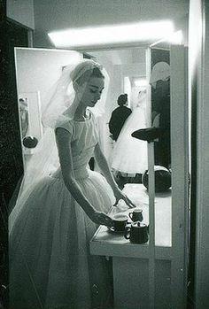 """Audrey Hepburn, """"Funny Face"""" film için Hubert de Givenchy tarafından tasarlanan gelinlikle."""