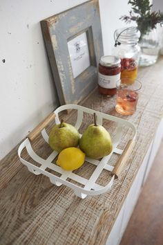 This small basket by Yamazaki is perfect for a fruit display.It brings a retro look to the kitchen or on the table. Kitchen Baskets, Red Kitchen, Kitchen Items, Kitchen Tiles Design, Kitchen Wall Tiles, Fruit Displays, Kitchen Organization, Storage Organization, Countertops