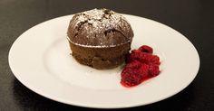 Söt fondant med mörk choklad, serveras med rårörda hallon.