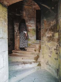 Looking for all the Linlithgow Palace Outlander locations and scenes in Scotland? Let me take you on a tour of Wenworth Prison Scotland Tours, Scotland Travel, Scotland Trip, Carlisle Castle, Outlander Locations, Wentworth Prison, Native American History, American Indians, Edinburgh City