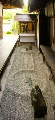 Totekiko é um dos cinco jardins do Ryogen-in sub-templo do complexo budista Daitoku-ji em Kita-ku, Kyoto, Japão. Feito por Nabeshima Gakusho em 1958, e é considerado o menor jardim de pedras japonês.  http://sergiozeiger.tumblr.com/post/84828997473/totekiko-e-um-dos-cinco-jardins-do-ryogen-in
