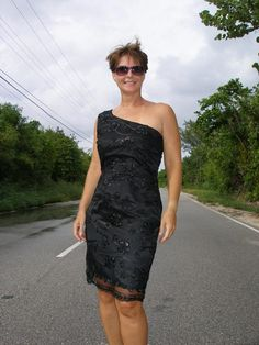 Stop traffic in this one shoulder dress with lace overlay.  Can't believe this awesome pattern is free!