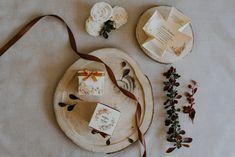 Dobozos meghívó 24 Szatén szalagos masnival díszített, virág mintás esküvői meghívó. A tetőt levéve szétnyílik a dobozka és belül olvasható a meghívó szövege. #dobozosmeghívó #esküvőimeghívó #meghívó #kreatívcsiga #weddinginvitation #wedding #invitation #boxinvitation #vintagewedding #flowersinvitation #virágos #virágosmeghívó Frame, Pink, Home Decor, Picture Frame, Decoration Home, Room Decor, Frames, Pink Hair, Home Interior Design