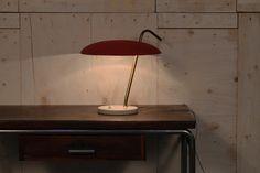 Lampada da scrivania, costruita in ottone, tessuto e marmo. L'eccellente combinazione tra colori e materiali, gli conferisce raffinatezza e pulizia di movimento. Moderna nonostante sia stata trovata in una fabbrica anni 50. Produce una luce raccolta e intima.