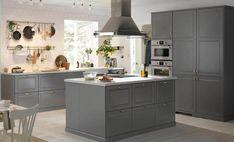 Et stort gråt køkken i en elegang landstil til en god lav pris. Bodbyn Kitchen Grey, Grey Ikea Kitchen, Grey Shaker Kitchen, Bodbyn Grey, Ikea Kitchen Cabinets, New Kitchen, Kitchen Decor, Kitchen Walls, Kitchen Ideas