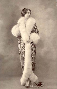 Fur Edged Cocoon Coat, La Belle Epoque, long and elegant with fur that was really in during these times Love Vintage, Vintage Fur, Vintage Glamour, Vintage Beauty, Belle Epoque, Fashion Mode, Retro Fashion, Vintage Fashion, 1900s Fashion