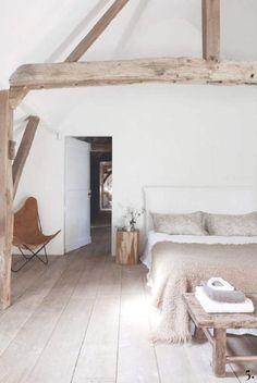 Slaapkamer op zolder met houten balken