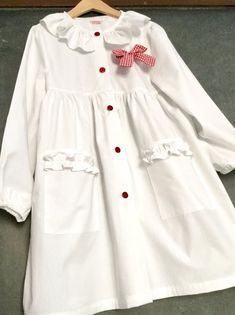 Little Dresses, Girls Dresses, White Apron, Cute Tshirts, Kids Fashion, Womens Fashion, Vintage Buttons, Sewing For Kids, School Outfits