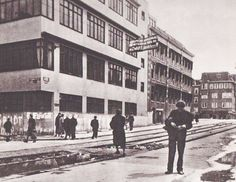 1944. Limburgstirumstraat towards De Wittekade. In the background the Kininefabriek. Photo Cas Oorthuys. #amsterdam #worldwar2