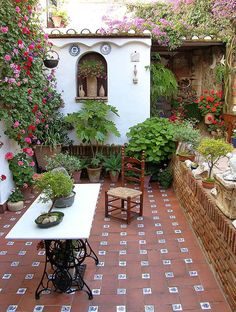 Garden room exterior Mexican Tile Floor And Decor Ideas For Your Spanish Style Home - DIY Ideas Spanish Style Homes, Spanish House, Spanish Colonial, Spanish Revival, Mexican Spanish, Spanish Style Decor, Outdoor Rooms, Outdoor Gardens, Outdoor Living