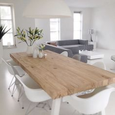 Een houten eettafel