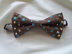 Бабочка-галстук с декором шипами на регулируемом ремешке из ткани. Возможно крепление на булавочной игле или зажиме. 100% хлопок. Германия. #flos #цветы #аксессуары #украшения #для_мужчин #для_мальчика #стильный_аксессуар #бабочка #бабочка_галстук #из_ткани #ручной_работы #своими_руками #handmade #bowtie #cotton #heavyweight webbing #with_blue_dots #with_dots #mens_bow_tie #bowtie_for_party #wedding_bowtie #bow_ties_for_kids