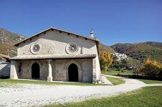 """La Chiesa di San Salvatore sorge sull`area dell`antico centro di Campi, in una zona pianeggiante detta ancora oggi """"la città"""", su un piazzale ai margine della viabilità antica e moderna, addossata al cimitero del paese."""