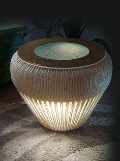 Mesinha criado mudo com luz para quarto feito com pneu de reuso revestido à mão com corda de sisal.